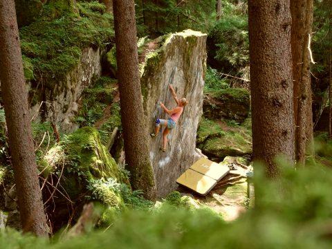 Freddy bei ihrem Boulderausflug nach Ginzling im Zillertal für ein paar schöne Boulder.