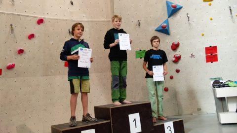 Frederik von den Boulderwelt Youngsters klettert auf den ersten Platz beim Qualifikations Wettkampf für die Bayrische Meisterschaft.