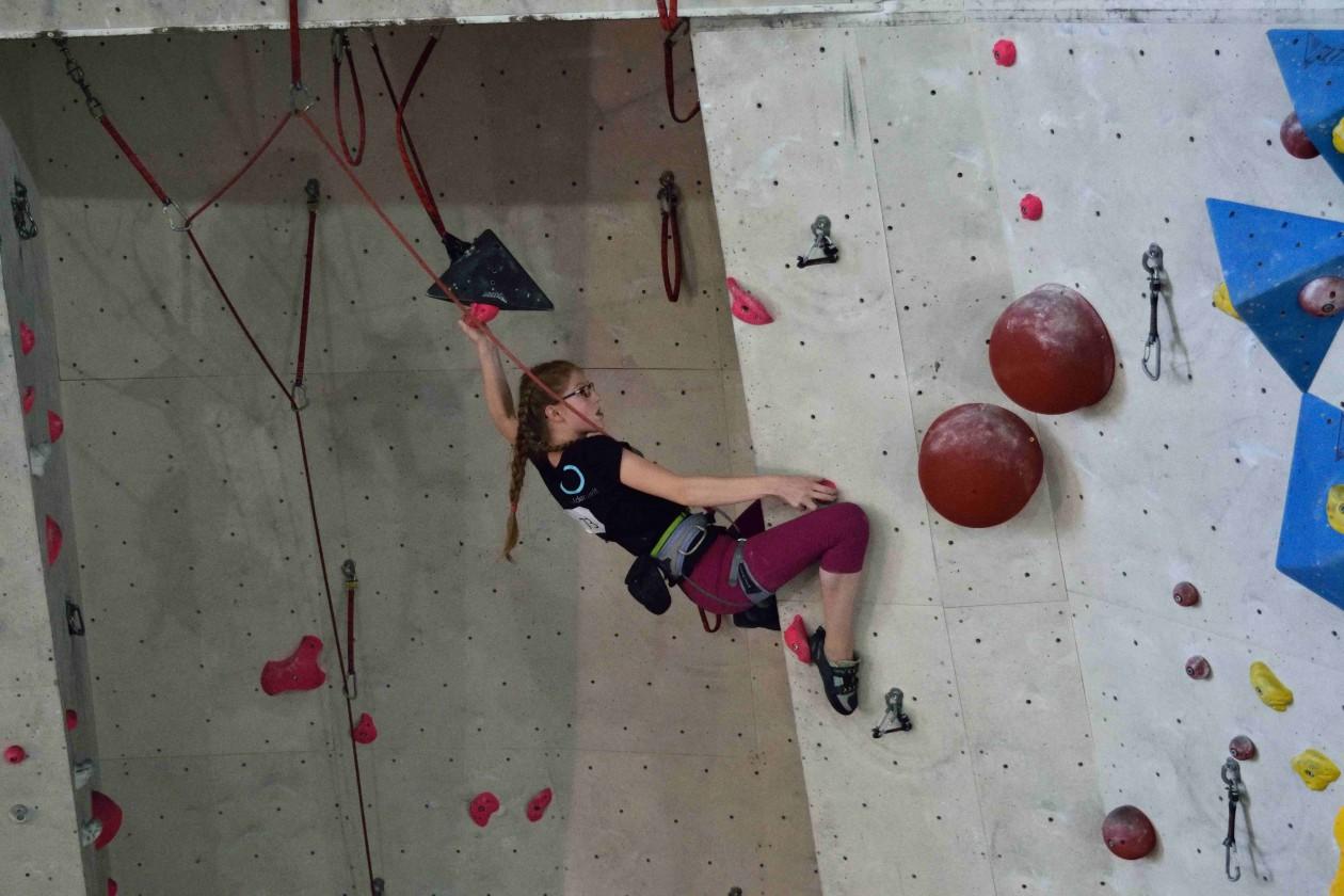 Johanna von den Boulderwelt Youngsters beim Qualifikationswettkampf für die Bayrische Meiserschaft.