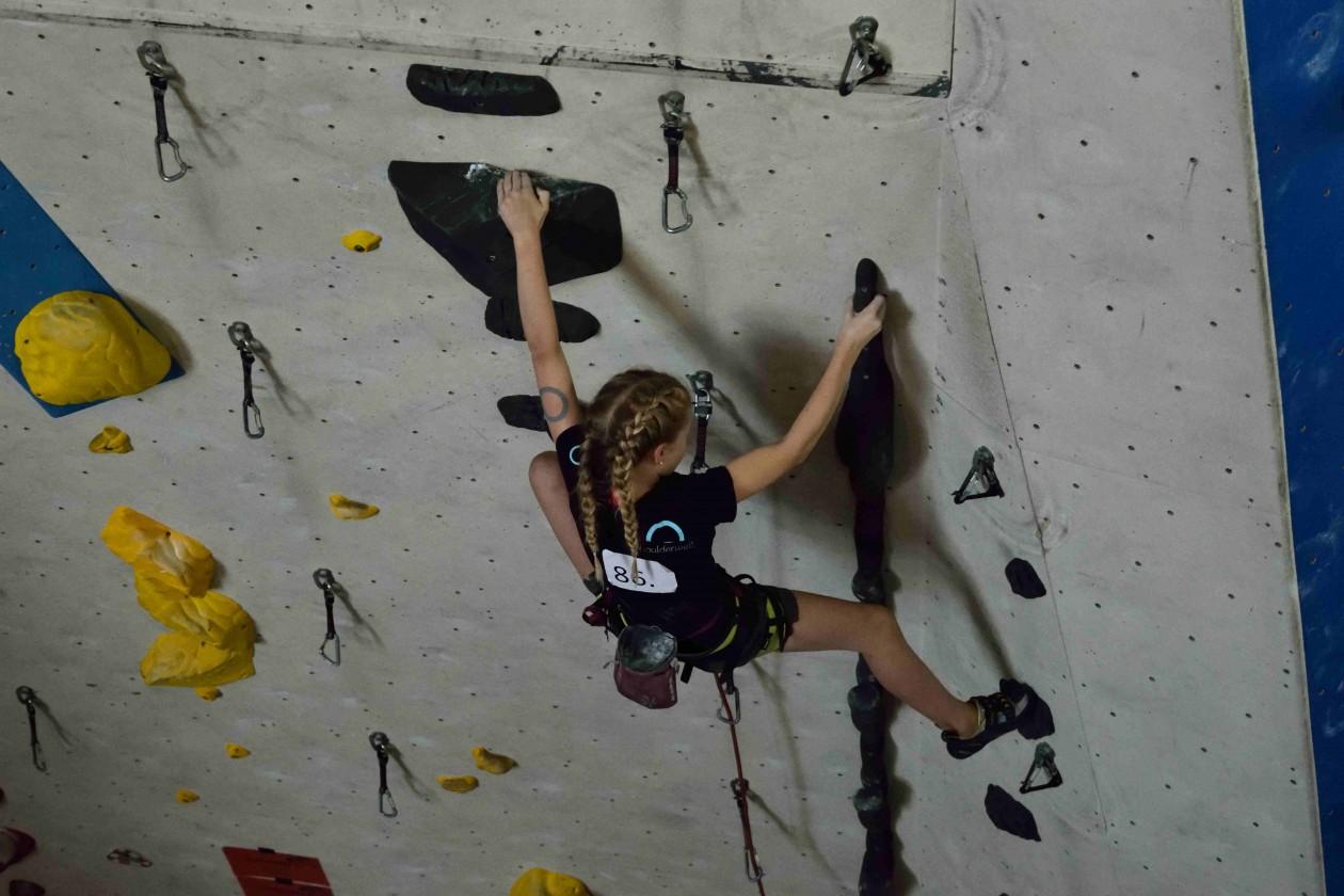 Melike von den Boulderwelt Youngsters beim Qualifikationswettkampf für die Bayrische Meiserschaft.