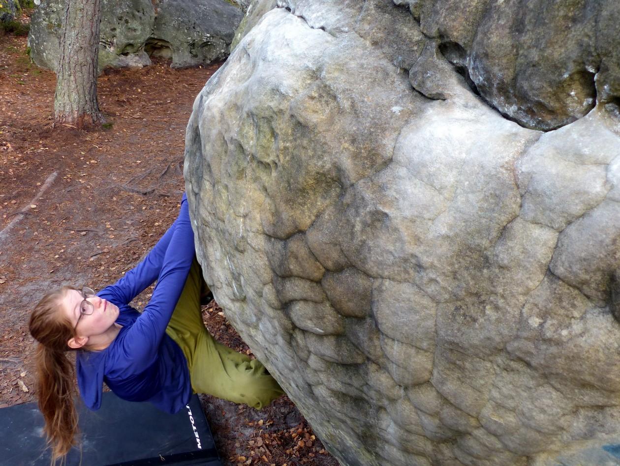 Jojo von den Boulderwelt Youngsters beim Bouldern in Fontainebleau